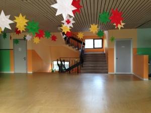 immagine che raffigura l'atrio della Primaria a Mason in due tonalità di arancione e due tonalità di verde